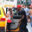Mario Balotelli avec sa fiancée Fanny Neguesha s'engouffrent dans un taxi à New York le 19 juillet 2014
