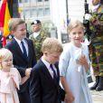 Elisabeth et Emmanuel, Eléonore et Gabriel : en rang deux par deux ! Le roi Philippe et la reine Mathilde de Belgique, accompagnés de leurs enfants la princesse héritière Élisabeth, duchesse de Brabant, le prince Gabriel, le prince Emmanuel et la princesse Éléonore ont assisté au Te Deum de la Fête nationale en la cathédrale de Bruxelles, le 21 juillet 2014.