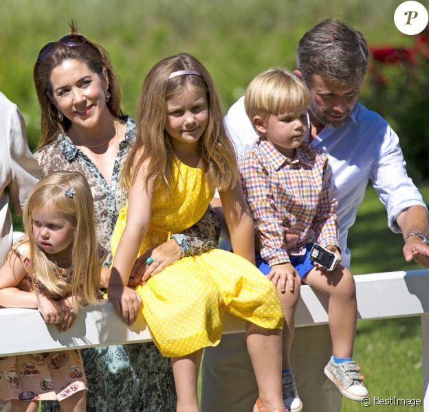 Mary et Frederik de Danemark avec leurs enfants Joséphine, Isabella et Vincent. La famille royale de Danemark s'est rassemblée le jeudi 24 juillet 2014 dans le parc du château de Grasten pour la séance photo des vacances d'été. La reine Margrethe II de Danemark et le prince consort Henrik avaient autour d'eux le prince Frederik et la princesse Mary avec leurs enfants Christian, Isabella, Vincent et Joséphine, le prince Joachim et la princesse Marie avec leurs enfants Nikolai, Felix, Henrik et Athena, et la princesse Benedikte avec son fils le prince Gustav et sa compagne Carina.