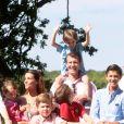 Le jeune prince Henrik sur les épaules de son papa le prince Joachim. La famille royale de Danemark s'est réunie le 24 juillet 2014 dans le parc du château de Grasten pour la séance photo des vacances d'été. La reine Margrethe II de Danemark et le prince consort Henrik avaient autour d'eux le prince Frederik et la princesse Mary avec leurs enfants Christian, Isabella, Vincent et Joséphine, le prince Joachim et la princesse Marie avec leurs enfants Nikolai, Felix, Henrik et Athena, et la princesse Benedikte avec son fils le prince Gustav et sa compagne.