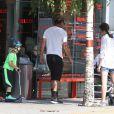 La chanteuse Gwen Stefani, son mari Gavin Rossdale et leurs fils Kingston, Zuma et Apollo Rossdale font du shopping et vont ensuite déjeuner au restaurant The Engineer à Primrose Hill à Londres, le 23 juillet 2014.