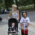 Gwen Stefani, son mari Gavin Rossdale et leurs fils Kingston, Zuma et Apollo Rossdale font du shopping et vont ensuite déjeuner au restaurant The Engineer à Primrose Hill à Londres, jeudi 23 juillet 2014.