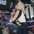 Gwen Stefani, son mari Gavin Rossdale arrivant à l'aéroport de Londres avec leurs enfants Kingston, Zuma et Appolo le 24 juillet 2014.