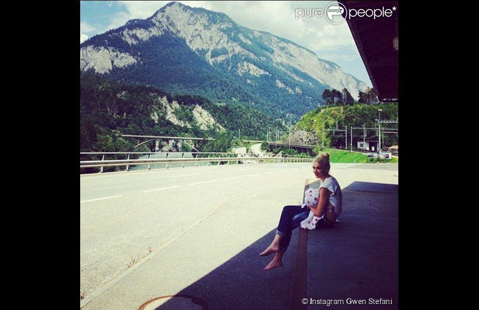 Gwen Stefani en Suisse avec son petit Apollo (5 mois), le 25 juillet 2014.