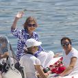 La reine Sofia d'Espagne suit à distance ses petits protégés. Elena d'Espagne et ses enfants Felipe et Victoria, Sofia d'Espagne et les quatre enfants de l'infante Cristina, Juan Valentin, Pablo, Miguel et Irene, ont posé pour les photographes à l'école de voile Calanova de Palma de Majorque le 28 juillet 2014, avant que les jeunes gens de la famille royale embarquent pour leur stage nautique annuel.