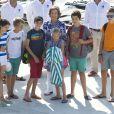 Elena d'Espagne et ses enfants Felipe et Victoria, Sofia d'Espagne et les quatre enfants de l'infante Cristina, Juan Valentin, Pablo, Miguel et Irene, ont posé pour les photographes à l'école de voile Calanova de Palma de Majorque le 28 juillet 2014, avant que les jeunes gens de la famille royale embarquent pour leur stage nautique annuel.