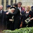 Dwina Gibb dans les bras de son fils R.J. Gibb aux obsèques de Robin Gibb à Thame le 8 juin 2012.