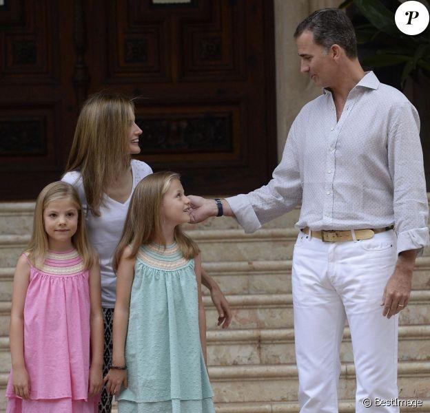 Beaucoup de tendresse entre Felipe et son héritière... Le roi Felipe VI et la reine Letizia d'Espagne, avec leurs filles Sofia, en robe rose, et Leonor, princesse des Asturies, en robe bleue, ont posé pour la presse au palais de Marivent, le 5 août 2014 à Palma de Majorque, pour le début de leurs vacances d'été.