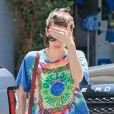 Emma Roberts hippie et brune à West Hollywood, Los Angeles, le 25 juin 2014.