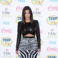 Kim Kardashian arrive au Shrine Auditorium pour les Teen Choice Awards 2014, habillée d'un top en cuir et d'une jupe zébrée Balmain, et de souliers Balenciaga. Los Angeles, le 10 août 2014.