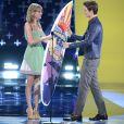 """Taylor Swift remet à Ansel Elgort la planche de l'acteur de l'année dans un film dramatique (""""Nos étoiles contraires"""") lors des Teen Choice Awards 2014. Los Angeles, le 10 août 2014."""