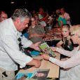"""Karen Grassle (Caroline Ingalls) et des fans lors de la fête organisée pour les 40 ans de la série """"La petite maison dans la prairie"""" par l'association Prairie Land au Palais Neptune à Toulon, le 16 août 2014, en présence pour le première fois en France de 4 acteurs de la série."""