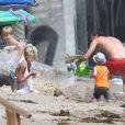 Tori Spelling, son mari Dean McDermott et leurs enfants jouent sur la plage à Malibu, le 16 août 2014.