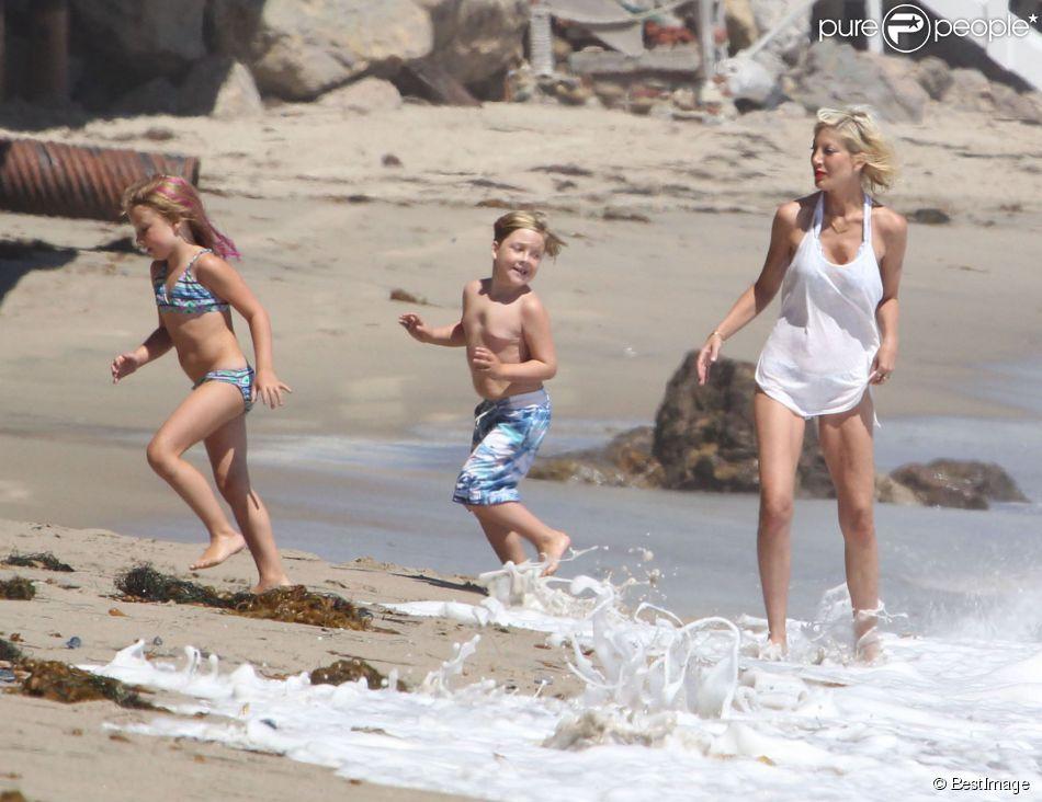 Stella McDermott, Liam McDermott et Tori Spelling Tori Spelling, son mari Dean McDermott et leurs enfants jouent sur la plage à Malibu, le 16 août 2014.