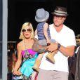 Tori Spelling et Dean McDermott avec leurs enfants dans les rues de Malibu, le 15 août 2014.