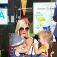 Tori Spelling et Dean McDermott avec leurs enfants dans les rues de Los Angeles, le 15 août 2014.