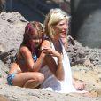 Stella McDermott et Tori Spelling - Tori Spelling, son mari Dean McDermott et leurs enfants jouent sur la plage à Malibu, le 16 août 2014. Tori Spelling a reçu de la part de ses enfants un joli collier d'algues et un saut d'eau sur la tête. Dean McDermott semble bien portant dans son marcel gris.