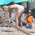 Tori Spelling et Finn McDermott Tori Spelling, son mari Dean McDermott et leurs enfants jouent sur la plage à Malibu, le 16 août 2014. Tori Spelling a reçu de la part de ses enfants un joli collier d'algues et un saut d'eau sur la tête. Dean McDermott semble bien portant dans son marcel gris.