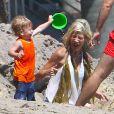 Tori Spelling et Finn McDermott - Tori Spelling, son mari Dean McDermott et leurs enfants jouent sur la plage à Malibu, le 16 août 2014. Tori Spelling a reçu de la part de ses enfants un joli collier d'algues et un saut d'eau sur la tête. Dean McDermott semble bien portant dans son marcel gris.