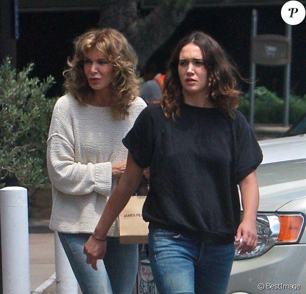 Exclusif - Jaclyn Smith, ex-Drôle de Dame, et sa fille Spencer Margaret Richmond font du shopping à Montecito, le 27 juillet 2014.