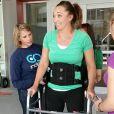 Amy Van Dyken, ex-star de la natation victime d'un grave accident de la route en juin 2014. Elle tente de remarcher deux mois plus tard.