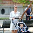 Enceinte, Michelle Hunziker se promène avec sa petite Sole (bientôt 1 an) dans un parc à Milan le 16 septembre 2014.