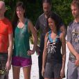 """Les candidats de """"Koh-Lanta 2014"""" écoutent religieusement les consignes de Denis Brogniart. Episode diffusé le 12 septembre 2014."""