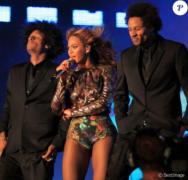 """Beyoncé entourée de Laurent et Larry, les Twins, en concert dans le cadre de la leur tournée """"On The Run"""" à Pasadena le 2 Août 2014."""