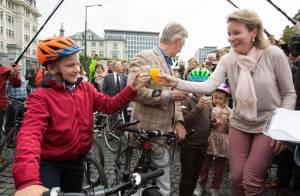 Mathilde et Philippe de Belgique : Balade à vélo et cocktail en famille en ville