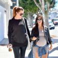 Kourtney Kardashian, enceinte, et sa soeur Khloé se sont rendues à la galerie d'art The News de John Baldessari. Los Angeles, le 24 septembre 2014.