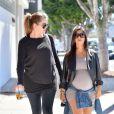 Kourtney Kardashian, enceinte, et sa petite soeur Khloé à Los Angeles, le 24 septembre 2014.