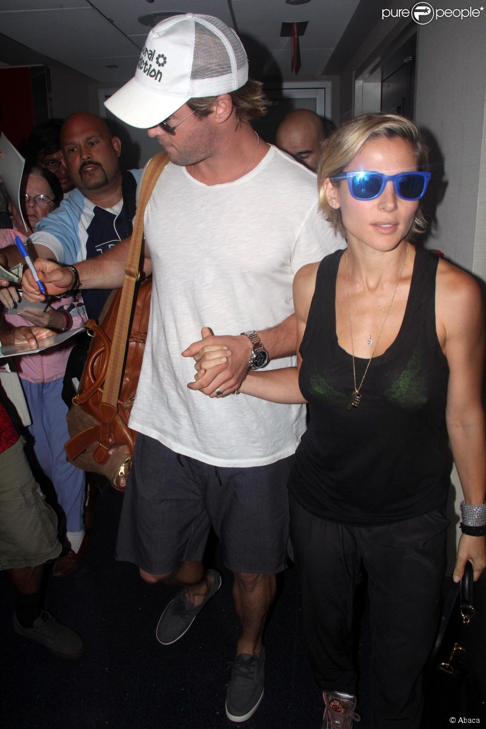 chris hemsworth et elsa pataky au lax de los angeles le 26 ao t 2014. Black Bedroom Furniture Sets. Home Design Ideas
