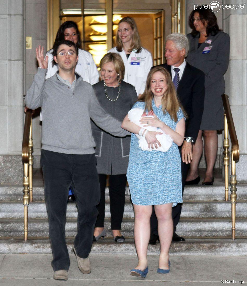 Chelsea clinton maman sortie radieuse avec charlotte bill et hillary aux anges purepeople - Charlotte de turckheim et son mari ...