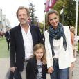 Stéphane Freiss, sa femme Ursula et leur fille Bianca lors du Qatar Prix de l'Arc de Triomphe à l'hippodrome de Longchamp à Paris, le 5 octobre 2014