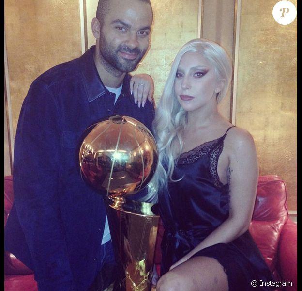 Lady Gaga et Tony Parker posent avec le trophée NBA à Berlin le 8 octobre 2014
