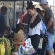Une journée shopping ! Katie Holmes et sa fille Suri au Farmers Market à Calabasas, le 11 octobre 2014.
