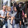 "Kourtney Kardashian enceinte, sa fille Penelope et sa soeur Kendall Jenner vont déjeuner au restaurant ""Nate'n Al Delicastessen"" à Beverly Hills, le 14 octobre 2014."