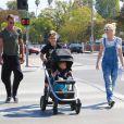 Gwen Stefani, Gavin Rossdale et leurs fils Kingston et Apollo se promènent à Encino. Los Angeles, le 19 octobre 2014.