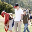 Reese Witherspoon et Ryan Phillippe regardant avec leurs compagnons respectifs leur fils Deacon jouer au football à Brentwood, le 18 mai 2013