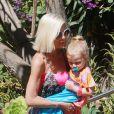 Tori Spelling, toujours aussi maigre, est allée se promener avec ses enfants dans les rues de Malibu. Le 15 août 201.