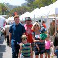 Dean McDermott, son fils Jack, sa femme Tori Spelling et leurs enfants Liam, Stella et Finn au Farmers Market à Malibu, le 10 août 2014.