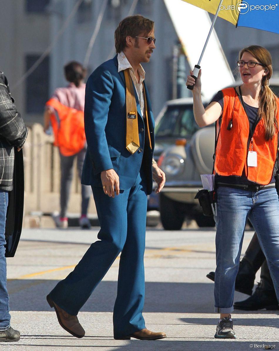 """Ryan Gosling porte un costume bleu des années 70 sur le tournage du film """"The Nice Guys"""" à Atlanta, le 27 octobre 2014."""