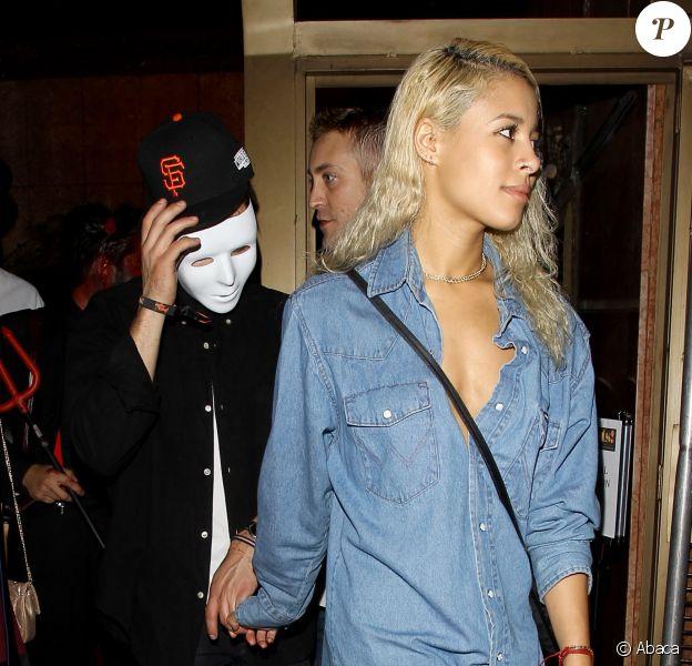 Zac Efron main dans la main avec sa nouvelle petite amie Sami Miro à Los Angeles, le 31 octobre 2014.