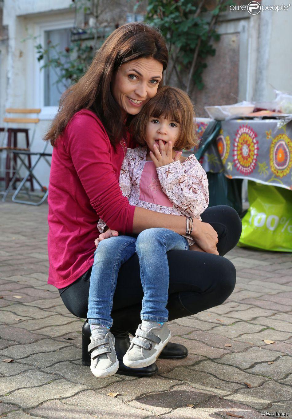 Exclusif : Adeline Blondieau et sa fille Wilona posent lors de l'enregistrement des Contes de Tiji pour la chaîne de télévision Tiji à Montigny Les Cormeilles, le 31 octobre 2014.
