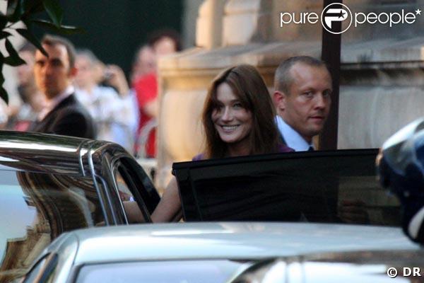 Carla Bruni-Sarkozy arrive à la mairie de Neuilly