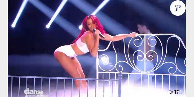 """La sexy Shy'm interprète """"L'effet de serre"""", son nouveau single sur le plateau de """"Danse avec les stars 5"""" sur TF1. Samedi 16 novembre 2014."""