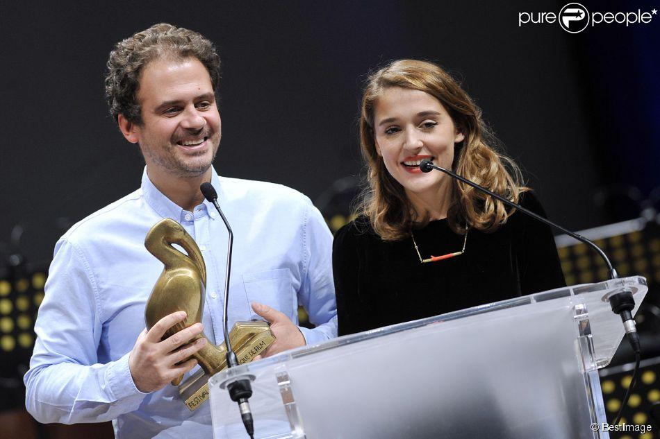 Lola Bessis et Ruben Amar recoivent l'Ibis du public à la cérémonie de clôture du Festival du Cinéma et Musique de Film de La Baule le 22 novembre