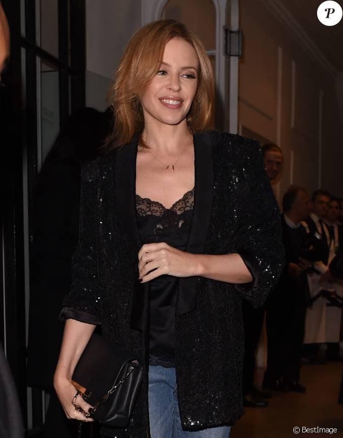 Kylie Minogue Arrive à La Boutique De Stella McCartney