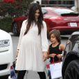 Kourtney Kardashian enceinte va déjeuner avec son compagnon Scott Disick et leur fils Mason à Beverly Hills, le 20 novembre 2014.