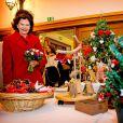 La reine Silvia de Suède visite un marché de Noël à l'église suédoise de Paris le 2 décembre 2014